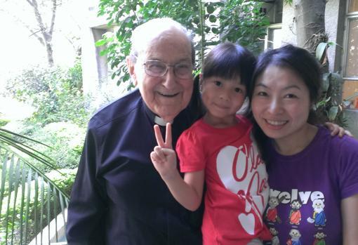 El padre De Rábago junto a una familia en Taiwán